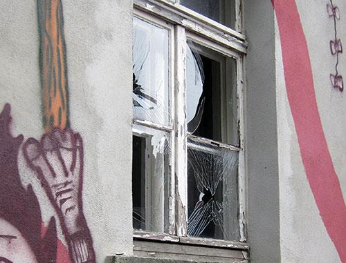 Zerstörtes Fenster nach Anschlag auf Wohnlabor